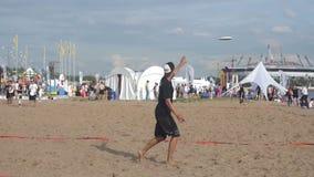 Spela frisbeen på stranden i sommaren långsamt stock video
