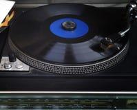 Spela gammal vinyl Arkivfoton