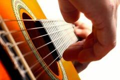Spela gitarren Arkivfoto