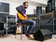 Spela gitarren i studion Arkivbilder
