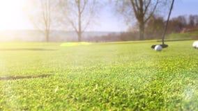 Spela golf på härlig sommarmorgon arkivfilmer