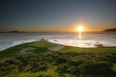 Spela golfboll i hål 7, Pebble Beach golfbana, CA Arkivbilder