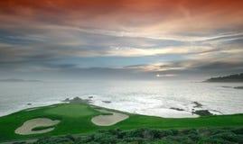 Spela golfboll i hål 7, Pebble Beach golfbana, CA Royaltyfri Fotografi