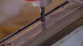 Spela golfboll i hål att borras in i metall Metallborrandecloseup i metallseminarium Anställdborrande i plan stålplatta med arkivfilmer