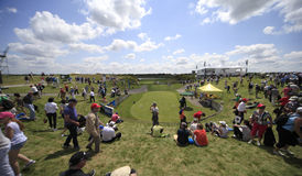 Spela golfboll i hål 1 på den franska golfen öppnar 2013 Arkivbilder
