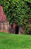 Spela golfboll i hål i väggen Royaltyfri Foto