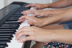 Spela händer för piano fyra fotografering för bildbyråer