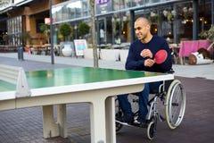Spela i hans rullstol Royaltyfri Foto