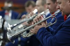 Spela i orkesteren på trumpeten royaltyfri fotografi