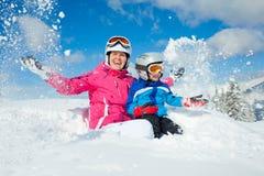 Spela i snö Fotografering för Bildbyråer