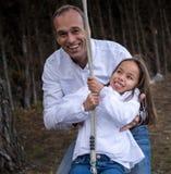 Spela i trädgården med hennes pappa arkivfoton