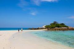 Spela igen att gå på den vita sandstranden på Phuket Thailand på 23 den Juli 2017 14:38 e.m. Arkivfoton