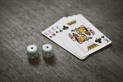 Spela kort fyra konungar och två tärning Arkivfoto