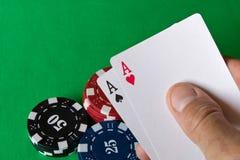 Spela kort i den mänskliga handen abstrakt lekillustration för begrepp 3d Lekar av riskerar Fotografering för Bildbyråer
