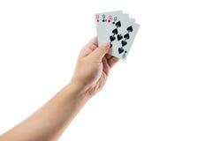 Spela kort i handen som isoleras på vit bakgrund Arkivfoto