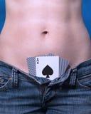 Spela kort i jeans Royaltyfri Fotografi