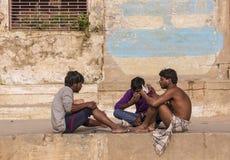 Spela kort i Varanasi Royaltyfri Bild