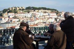 Spela kort med en sikt: Lissabon S Pedro de Alcântara Parkera Royaltyfri Fotografi