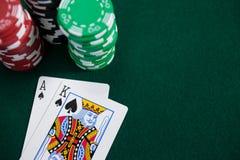 Spela kort och kasinochiper på pokertabellen Arkivbilder