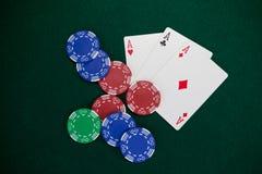 Spela kort och kasinochiper på pokertabellen Fotografering för Bildbyråer