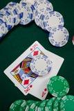 Spela kort och kasinochiper på pokertabellen Arkivbild