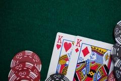 Spela kort och kasinochiper på pokertabellen Royaltyfri Fotografi