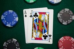 Spela kort och kasinochiper på pokertabellen Royaltyfri Foto