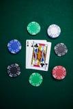 Spela kort och kasinochiper på pokertabellen Arkivfoton