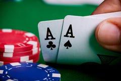 Spela kort- och pokerchiper Fotografering för Bildbyråer