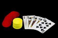 Spela kort och pokerchiper på svart bakgrund Royaltyfri Foto