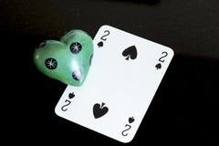 Spela kort- och stenförälskelse royaltyfri fotografi