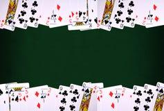 Spela kort på grön bakgrund med kopieringsutrymme vektor illustrationer