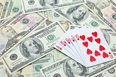 Spela kort på högen av US dollarsedlar Royaltyfri Bild