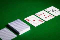 Spela kort på yttersida för grön tabell Fotografering för Bildbyråer
