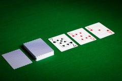 Spela kort på yttersida för grön tabell Royaltyfri Foto