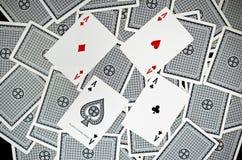 Spela kort - som isoleras på vit bakgrund Arkivfoton
