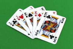 Spela kortet på den gröna tabellen royaltyfri fotografi