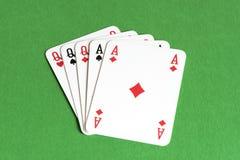 Spela kortet på den gröna tabellen royaltyfria foton