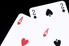Spela kortet på den svarta tabellen royaltyfria foton