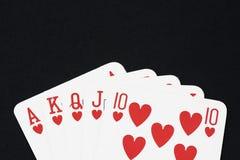 Spela kortet på den svarta tabellen arkivbilder