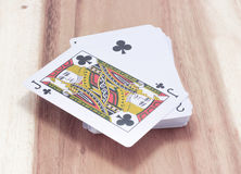 Spela kortet på trät Arkivbild