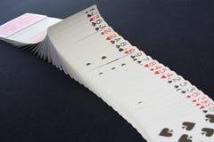 Spela kortpokerkasinot Isolerat på svart pokertabellbakgrund Arkivbild