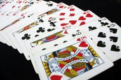 Spela kortpokerkasinot Isolerat på svart pokertabellbakgrund Arkivfoto