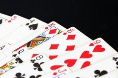 Spela kortpokerkasinot Isolerat på svart pokertabellbakgrund Fotografering för Bildbyråer