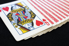 Spela kortpokerkasinot på svart pokertabellbakgrund Arkivfoto