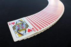 Spela kortpokerkasinot på svart pokertabellbakgrund Royaltyfri Fotografi