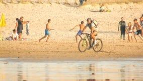 Spela mång- sportar på stranden Royaltyfria Bilder