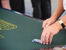 Spela med chiper på en rouletttabell royaltyfri bild