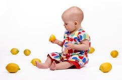Spela med citroner Royaltyfri Foto