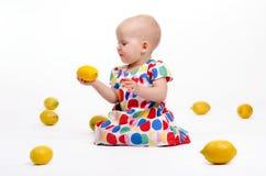Spela med citroner Arkivbild
